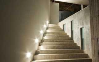 Люстра над лестницей в коттедже