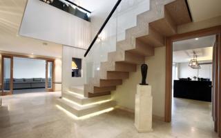 Отделка лестницы плиткой в частном доме