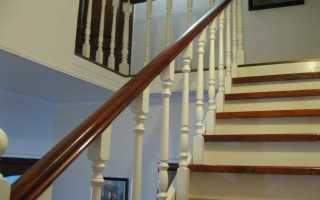 Крепление перил к столбам лестницы